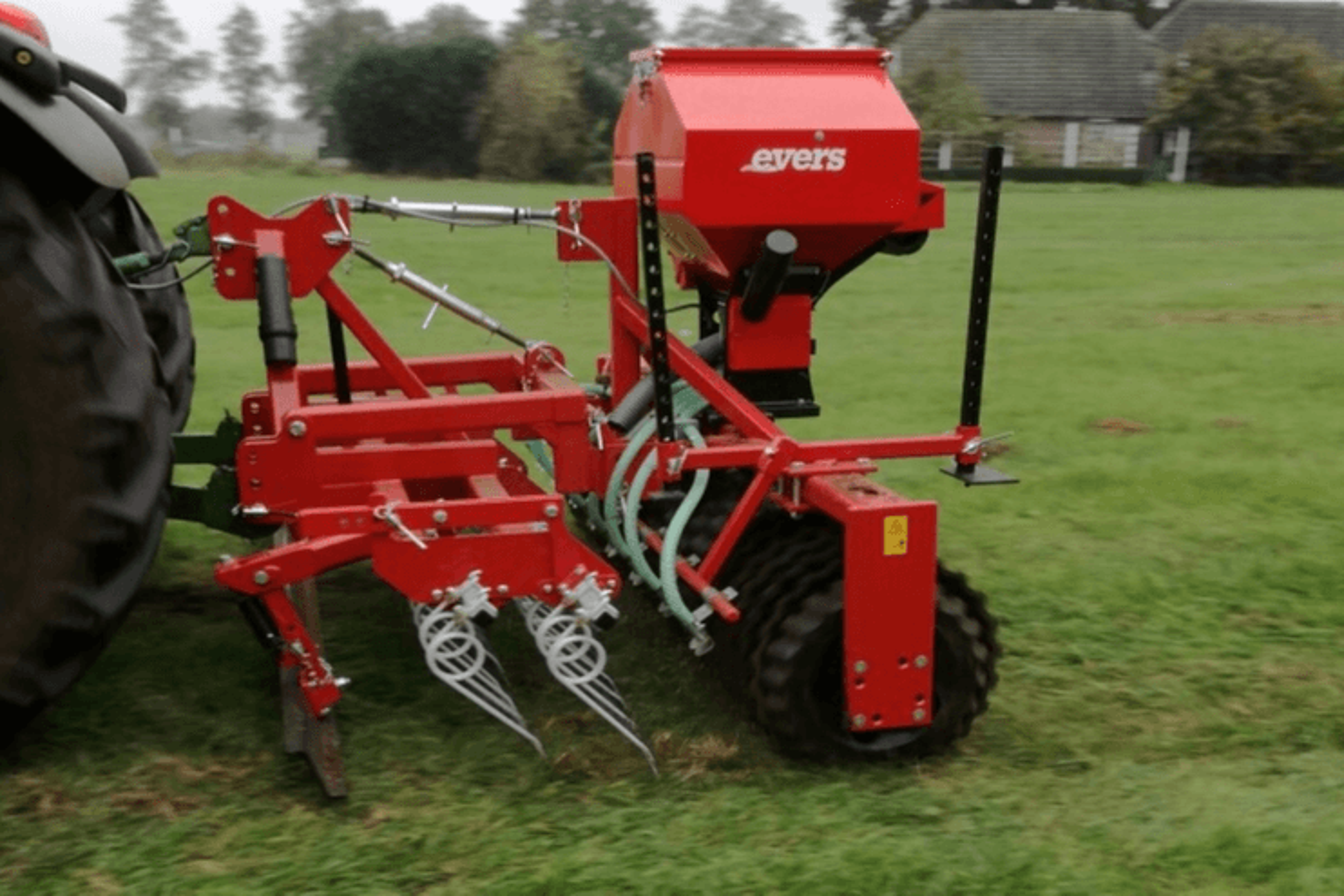 Grass Profi doorzaaimachine gedragen uitvoering met hydraulische zaaimachine.