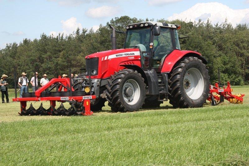 De Evers graslandbeluchter in de fronthef en de graslandwoeler achter de tractor